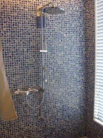 Hotel Indigo Shanghai on the Bund: Very large tile shower with rain shower head