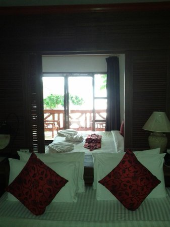 Phi Phi Villa Resort: Looking out the front from inside cabin 101