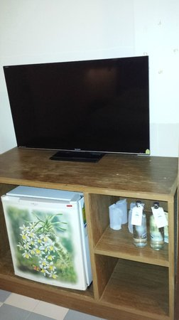 Days Inn Patong Beach Phuket : Good size Tv, mini bar - dated furniture