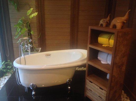 Tango Luxe Beach Villa: Bathtub