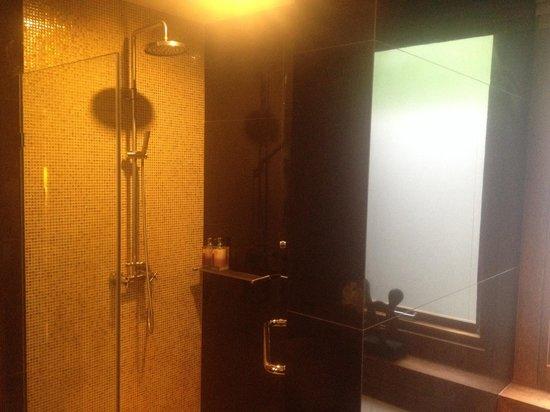 Tango Luxe Beach Villa: Rain shower