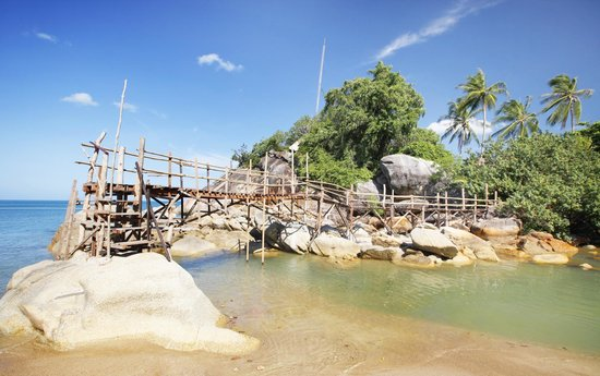 Mai Pen Rai Bungalows: Puente para cruzar a la zona del rio, muy autentica!!