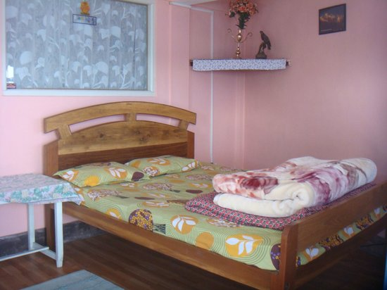 Pandim Guest House: Dobble Bed with Hot Water shower