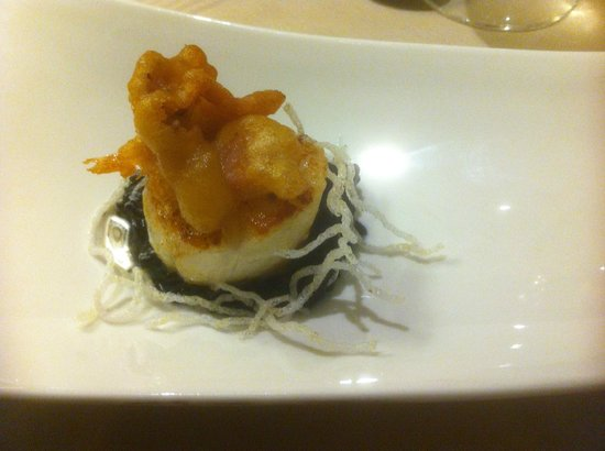Hotel Cote Rivage: Bed of risotto with cuttlefish ink. Saint Jacques (scallop) in the middle. Deep fried squid on t