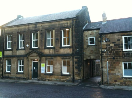 Alnwick Youth Hostel: Hostel entrance from Green Batt