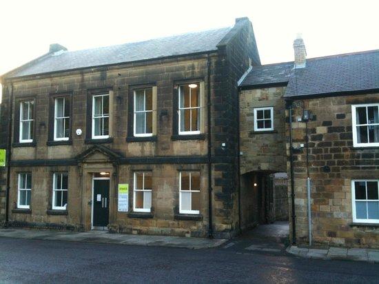 Alnwick Youth Hostel : Hostel entrance from Green Batt