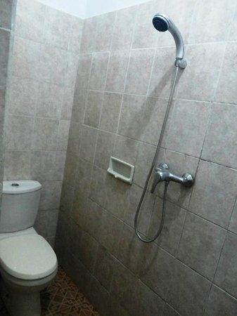 SM Residence Pasteur: Shower