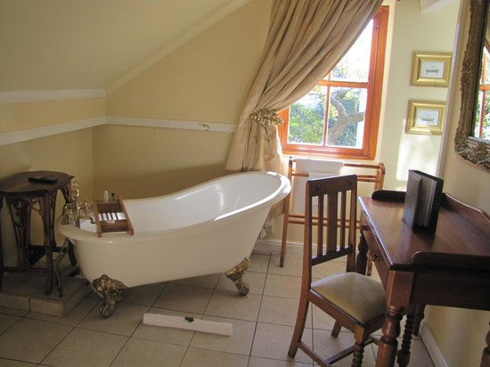 Labri Manor : Sadly the bath was never used but it look fantastic-never had the time!
