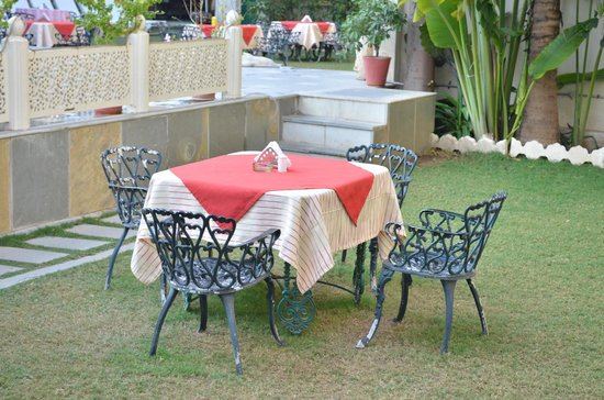 Hotel Mahendra Prakash: dining in the lawn