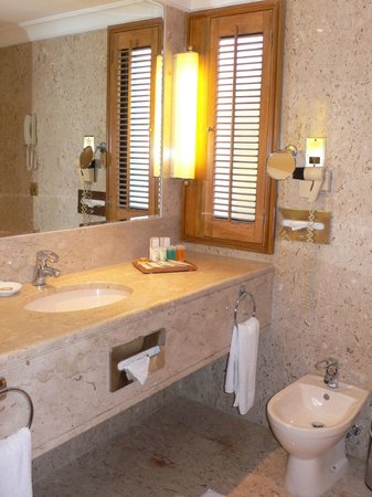 Dubai Marine Beach Resort and Spa: Bagno camera standard con balcone