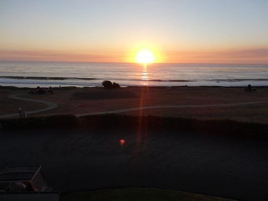 Cavalier Oceanfront Resort: Sunset view from the second floor walkway