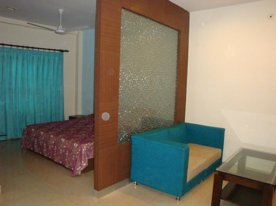 Bagla Atithi Bhawan : View of a room with separate bed and living area