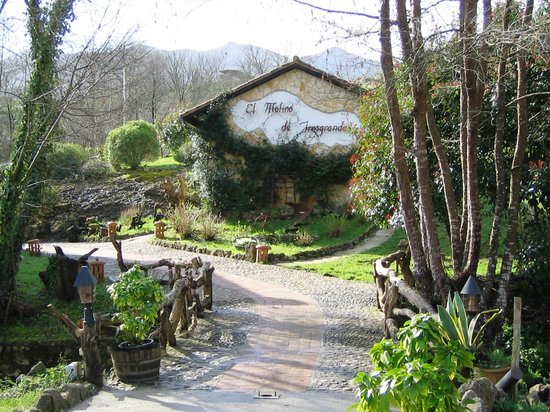 El Molino de Tresgrandas: Puentecito sobre el rio que da acceso al hotel