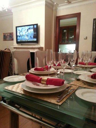 Carlton Court: DINNING