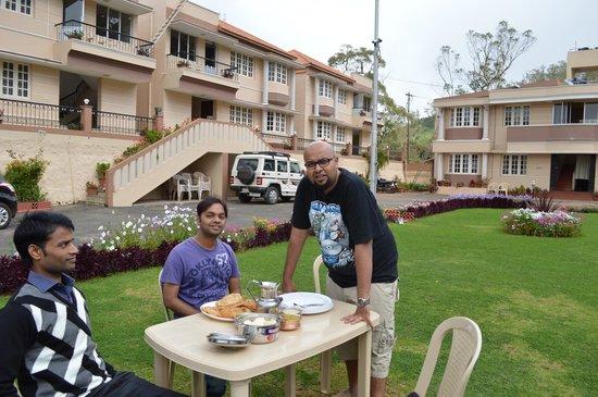 Delightz Inn Resorts: breakfast in lawn and open sky