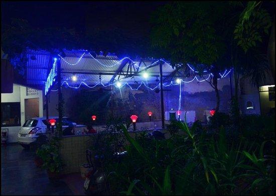Hotel Sidhartha: Garden restaurant at night