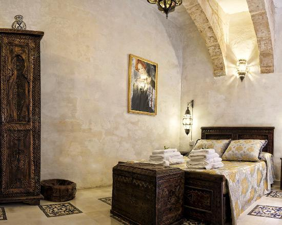 Casa Cornelia : 450 Year old arched space with private patio & bathroom