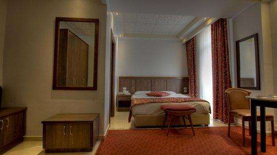 Golden Walls Hotel: room