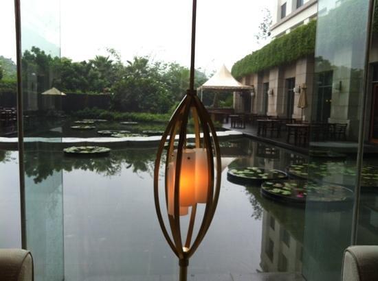 Park Hyatt Chennai: lobby pond