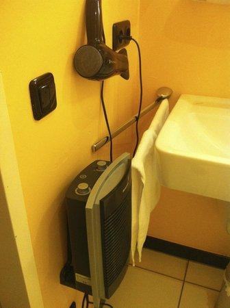 Hotel Am Ruhrufer Business & Golf: Handtuch hängt so, dass es vor dem Heizlüfter ist ...