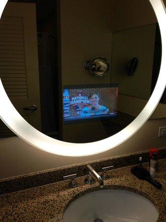 Hyatt Regency Orlando: TV in mirror in bathroom