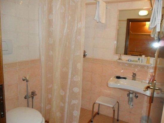 Hotel Fiorita: cuarto de baño
