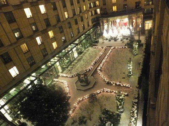 The Hotel du Collectionneur Arc de Triomphe: La cour intérieure de l'hotel, sous la neige...