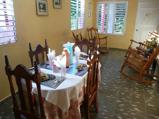 Casa Claribel y El Titi: la salle à manger où la table est dressée pour le petit déjeuner
