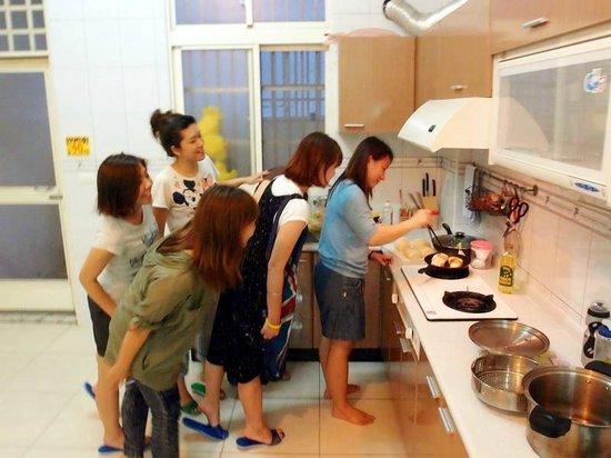 Colorful Taiwan Hostel: 老闆Gloria在下廚,背包客很好奇他要煮什麼好料的