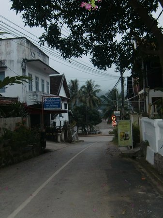 Ammata Guest House : View from side street to Mekhong