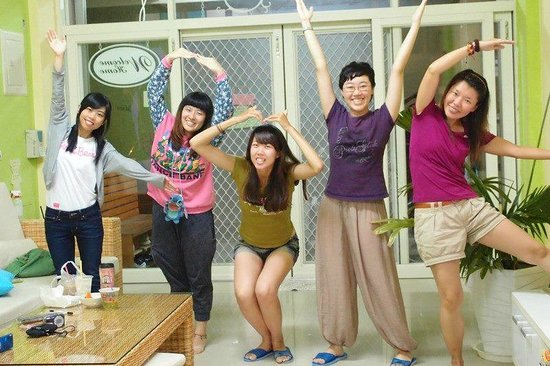 Colorful Taiwan Hostel: 人多就在客廳玩了起來