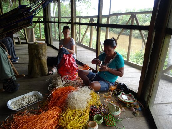 Amazonia Expeditions' Tahuayo Lodge : Learning to weave baskets