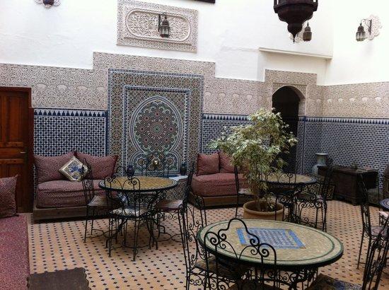 Riad al akhawaine: sala colazione