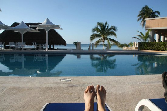 Omni Puerto Aventuras Beach Resort: View of pool and ocean while reading