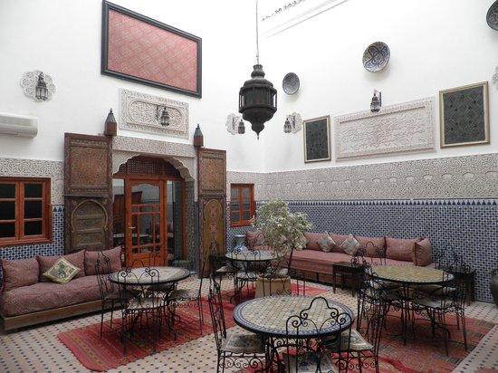 Riad al akhawaine: sala colazioni e la porta della camera sullo sfondo