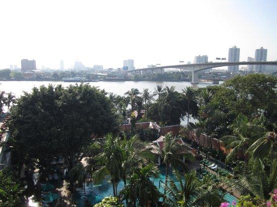 Anantara Riverside Bangkok Resort : Vue sur piscine et rivière