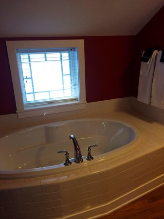 The Inn at Manchester: Sweet William. There is a soaking tub and stand alone shower. Beautifully renovated bathroom wit