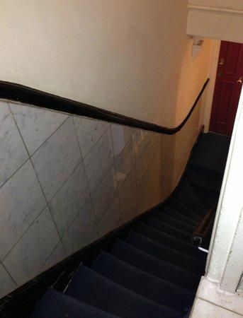 Whiteleaf Hotel: escalier qui mène à la chambre