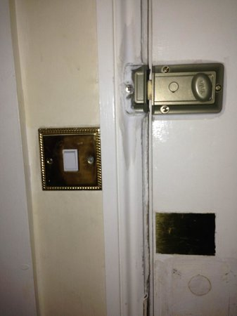 Whiteleaf Hotel: entrée de la chambre et interrupteur inutile