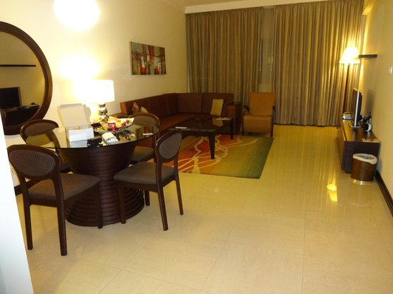 Flora Park Deluxe Hotel Apartments: Lounge/Dining area