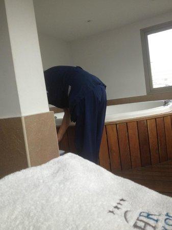 HR Luxor Buenos Aires: la empleada limpiando el jacuzzi que nos habian prometido para las 10am y nos lo entregaron 10:4