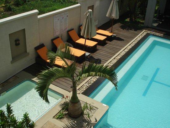 Grand Baie Suites : vue  du balcon sur la piscine