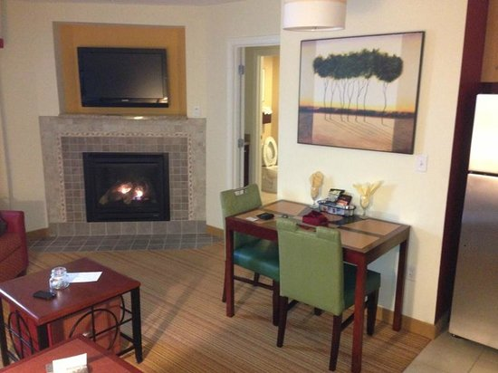 Residence Inn North Conway: Living and Dinning area with Fire Place