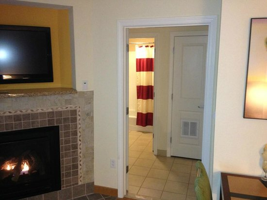 Residence Inn North Conway: Looking into the bathroom and vanity area