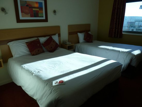 Jurys Inn Brighton : Room with Double and Single Bed
