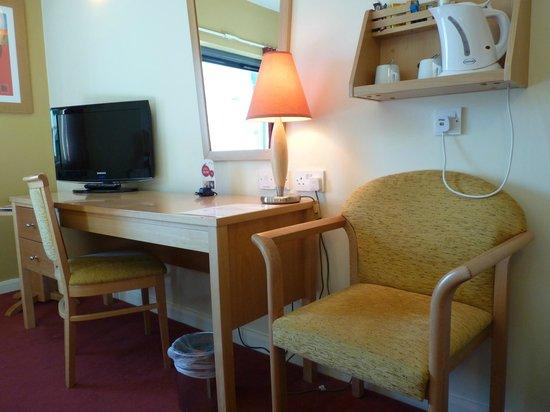 Jurys Inn Brighton : Room TV and Writing Desk