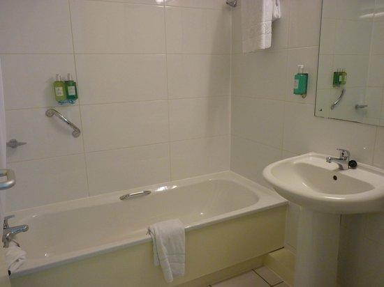 Jurys Inn Brighton : Clean Bathroom