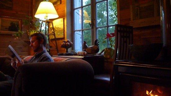 La Codorniz: Leyendo en la tarde, al lado de la fogata/reading in the afternoon next to the fire