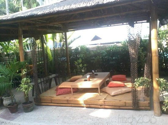 Oasis Resort Restaurant: lovely cabanas and bean bags you could sleep!