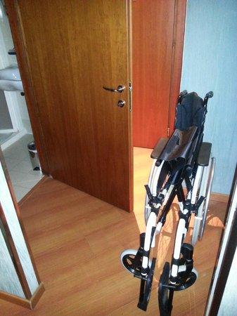 Best Western Plus Hotel Spring House: ingresso e ingresso bagno camera per disabili